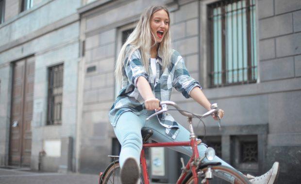 Fietstassen voor dames maken van fietsen een feest - jongesenioren.nl